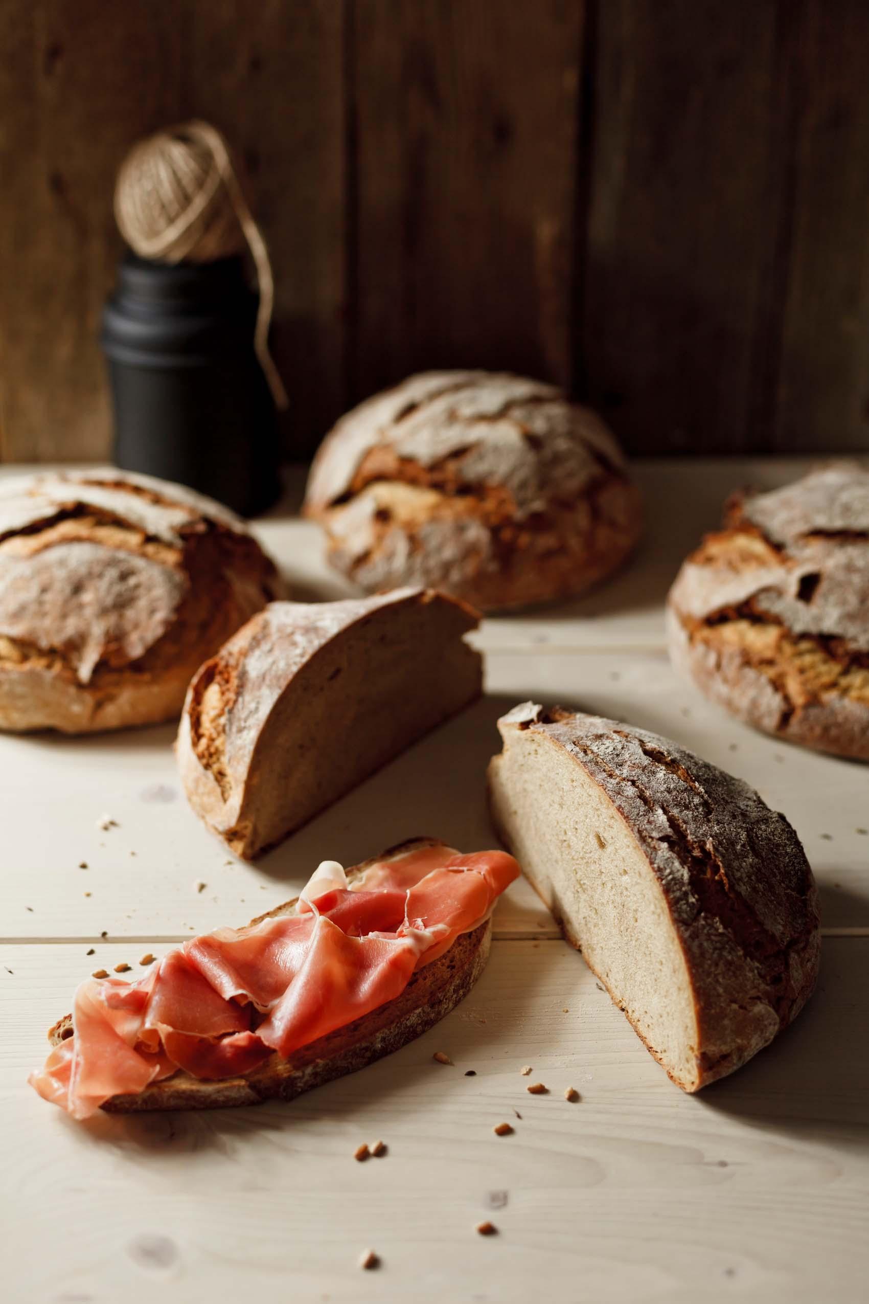 Brotlaib mit Schinken – Foodfotos und Grafikdesign für Bäckerei Back Mayr