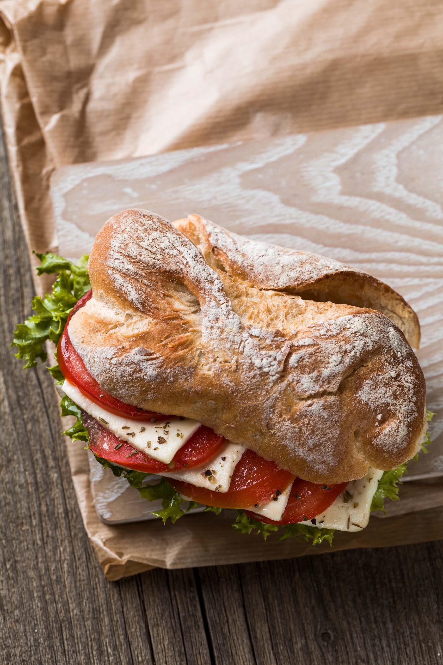 Snack zum Reinbeißen – Dark Mood Food-Fotografie für Bäckerei Back Mayr Mindelheim